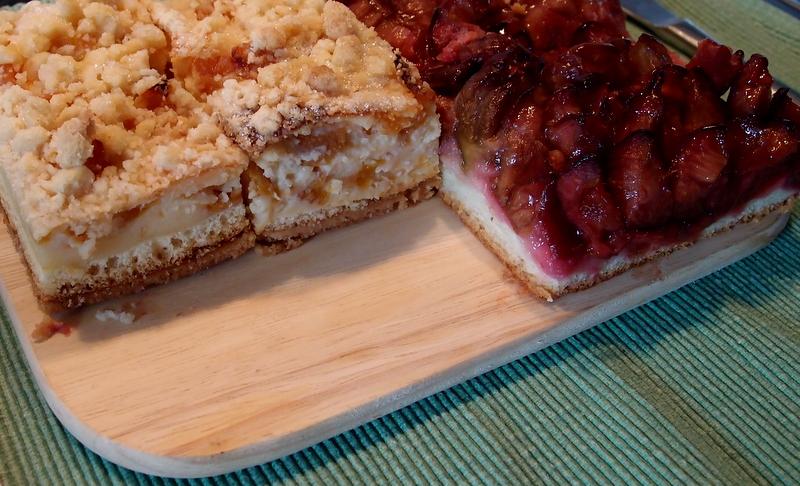 Ein Streifen Pfirsich-Streuselkuchen & Ein Streifen Erdbeerkuchen
